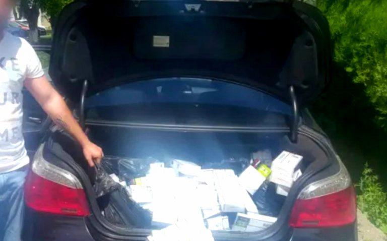 Țigări de contrabandă descoperite de polițiștii vrânceni în Piața Moldovei și în trafic, în Focșani